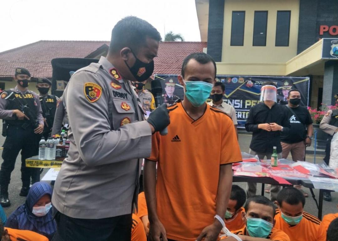 Kapolres Mojokerto Kota, AKBP Deddy Supriadi saat menginterogasi tersangka FN yang menjual istrinya ke pria lain.