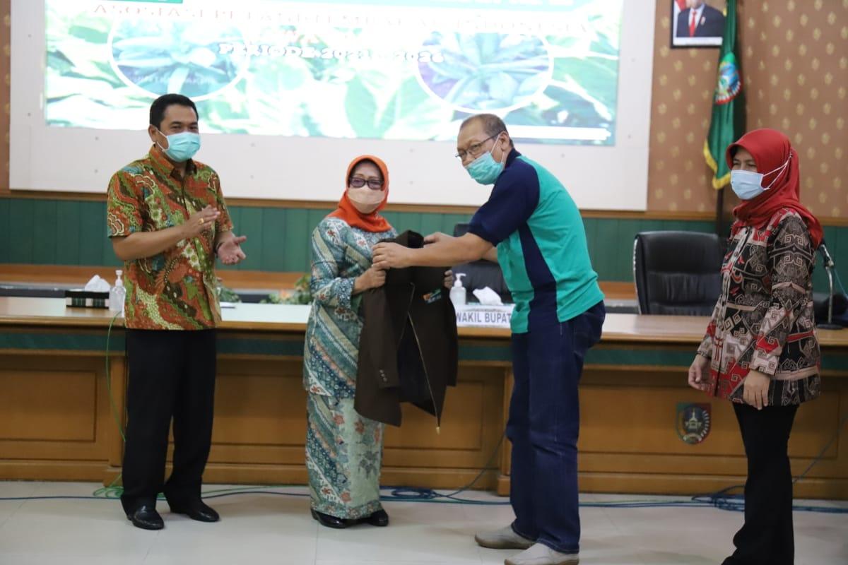 Bupati Jombang, Hj. Mundjidah Wahab dan Wakil Bupati Jombang Sumrambah menghadiri MUSDA III APTI Jawatimur di Jombang