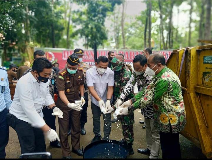 Pemusnahan Barrang Bukti leh Kajari bertempat di Kantor Dinas Lingkungan Hidup Kabupaten Jombang.
