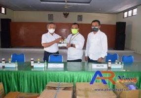 Administratur KPH Jombang Muklisin, saat memberikan banuan APD dan Suplemen kepada karyawannya